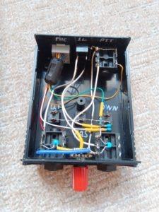 modifikovaná černá skříňka nahrazující mikrofon MH-31